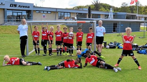 I ugens løb var de 185 fodboldglade spillere delt op i 11 forskellige grupper - her ses en af grupperne, som blev trænet af Nanna og Natasja. Foto: Jesper Bøss Jesper Bøss