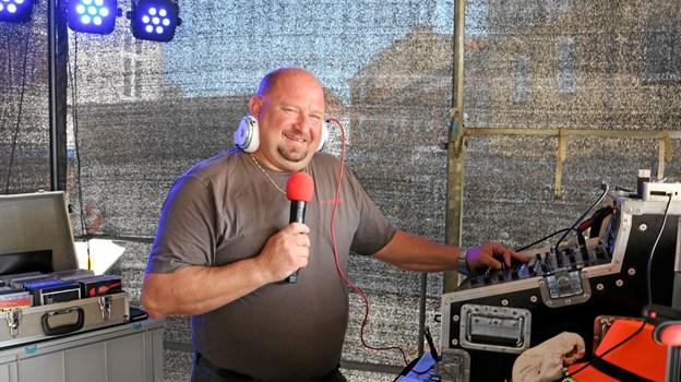 DJ James, med mere end 100.000 numre på sin computer, diskede op med et bredt repertoire til glæde for de mange gæster på Sæby Torv. Foto: Tommy Thomsen Tommy Thomsen