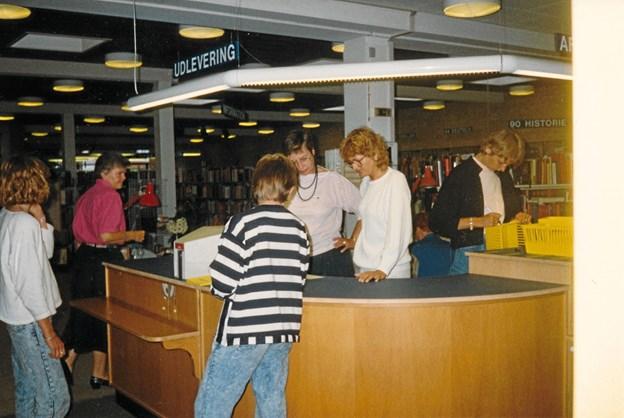 Biblioteket genåbnede i 1988 efter en større ombygning og smukkesering. Fra venstre ses Kirsten Hultfeldt, Kirsten Jepsen, Vibeke Aaen og Susanne Kristensen. Foran skranken venter bogopsætterne Mette og Malene på forholdsordrer. LOKALHISTORISK ARKIV SKAGEN
