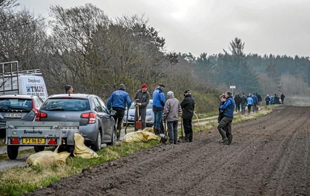 Cirka 40 frivillige var mødt op til lørdagens tilplantning af 1,4 ha ny skov i Øster Ørbæk, tæt ved Løgstør Ridecenter. Foto: Mogens Lynge