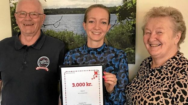 Svend Nielsen (t.v.) og Minna Laursen (t.h.) fra Arden Seniorer sammen med kunderådgiver i Jutlander Bank, Jeanette Ellersgaard Willum. Foto: Privat