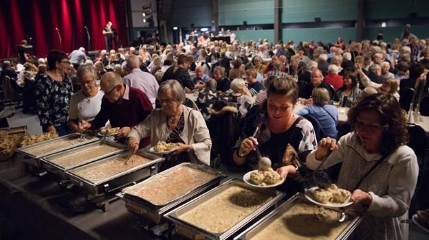 Knap et kvarter tog det, så havde alle fået tarteletter. Køkkenchefen havde kalkuleret med 12 minutter til at bespise 600.