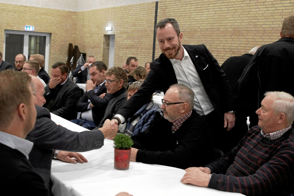 Miljø- og fødevareminister Jakob Ellemann-Jensen gav hånd til alle deltagerne, da han debatterede med landmændene mandag aften i Aabybro. Privatfoto