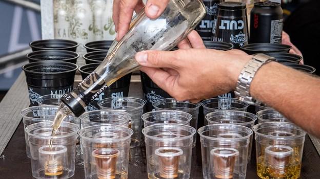Der belv vanen tro langet mange drinks over disken. Foto: Peter Broen Peter Broen