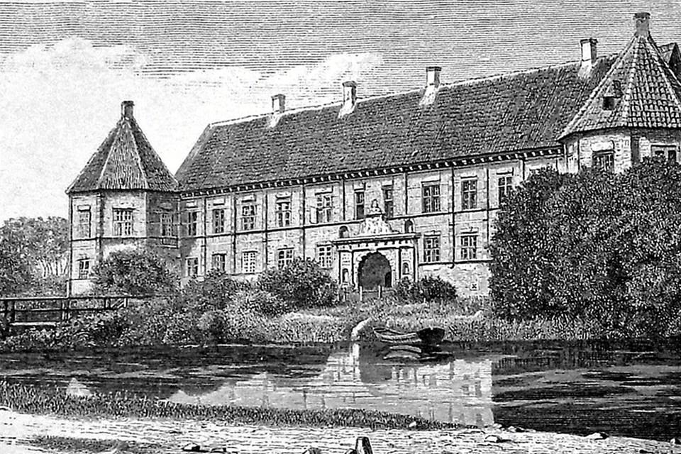 På denne tegning af J.TH. Hansen fra begyndelsen af 1900-tallet kan man se, at broen over voldgraven er en træbro. Noget af det første, som grev Oberbech-Clausen fik lavet, da han overtog Voergaard i 1955, var at få bygget en stenbro. Foto: Ole Torp Ole Torp