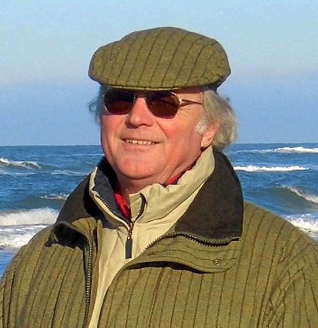 Bag solbrillerne gemmer sig Jörg Kerchlango, født i Innsbruck i 1944, uddannet som arkitekt og ingeniør i Østrig. Har arbejdet som arkitekt overalt på kloden og fra 2005 været bosat på Østerbyvej i Skagen. Jörg Kerchlango