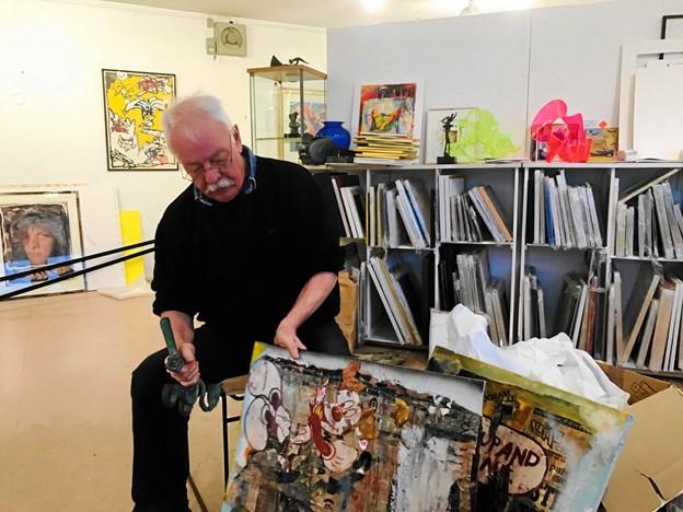 """Kaare """"blader"""" i Bram van Rios kunst - i hånden har han Georg Wittvers drillefugl - og bag ham står de to opsigtsvækkende mobiler fra kunstneren Vivi Linnemann. Privatfoto."""