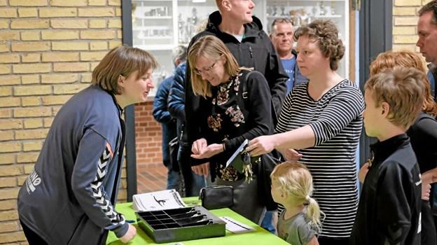 Formanden for Sindal Idrætsforening Luise Nielsen byder de mange gæster velkommen og modtager en symbolsk betaling i entre. Foto: Niels Helver