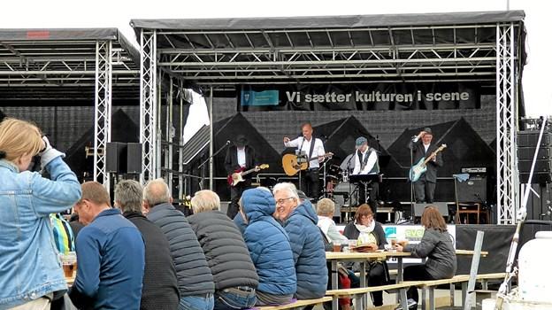 Grown-up Boys på scenen forsøger at varme publikum op og få dem til at synge med på en Øster Hurup-sang. Foto: Ejlif Rasmussen