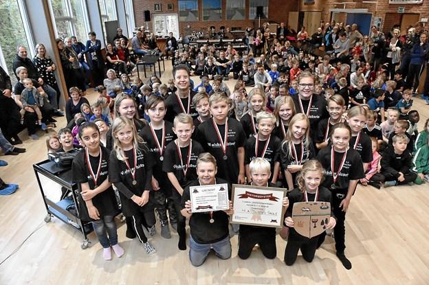 4. A fra Tilsted Skole viste deres bronzemedaljer frem efter 3. pladsen ved historie DM 2018.