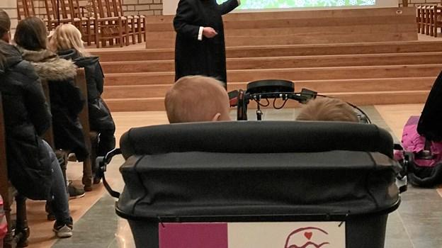 Dagplejen var rykket inden for i kirken som i øvrigt benyttede sig nye av-udstyr med projektor og lærred