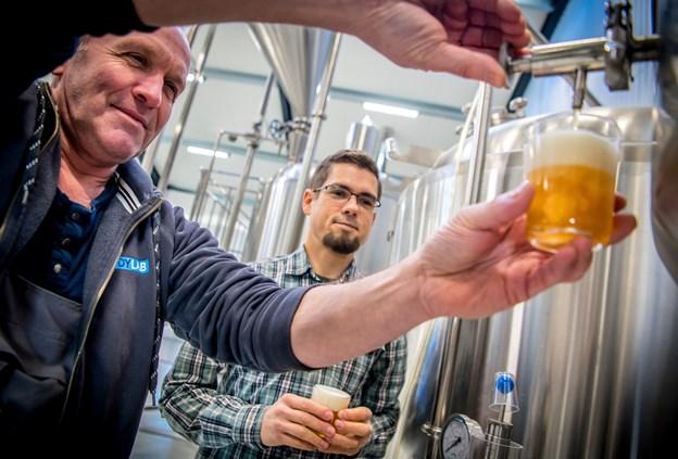 Lars Trie, til venstre, sammen med den nyansatte brygmester, Tom Schafferhans. Brygmesteren vil i første omgang brygge klassiske øl som pilsner, klassik, en IPA, en stout samt sæsonøl. Den første øl, han satte over på sin første arbejdsdag, er en forårsøl eller en påskeøl, navnet er ikke bestemt endnu. Martin Damgård
