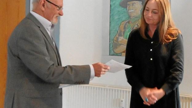 Gildemester Frede Mortensen overrækker 6000 kroner til Janni Jensen fra Red Barnet Mariagerfjord. Privatfoto