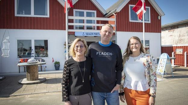 Freja Stenbroen, hendes mor Mette Stenbroen og bonusfar Anders Wolff har åbnet en butik på havnen, hvor man kan købe fiskegrej og maritime souvenirs. Foto: Kim Dahl Hansen.