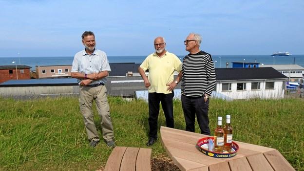 Fra højre ses Jørgen Rottbøll Næstformand i Byforum, i midten er det John Kongerslev Formand og Bykoordinator for Byforum, og til venstre er det Rainer Dammiller Møbel Akitekt, og det er Rainer der har lavet tegninger til møblerne.  Foto: Jens Brændgaard