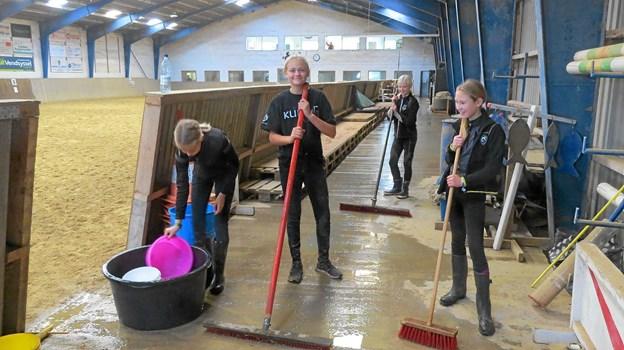De unge klubmedlemmer mødte talstærkt op for at hjælpe med rengøring i ridehallen. Foto: Kirsten Olsen