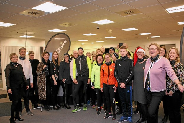 Humøret var højt blandt både personale i Hvidbjerg Bank og medlemmer af Thyholm Løbeklub da de var inviteret i Hvidbjerg Bank for at modtage halsedisser til hvert medlem. Foto: Hans B. Henriksen