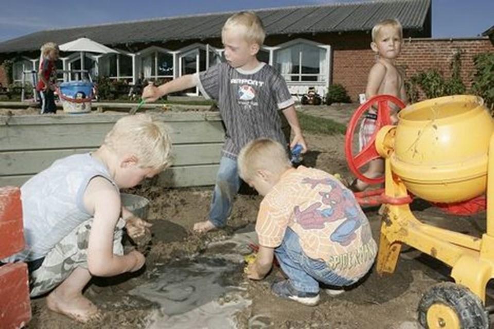 Børnene leger ubekymret videre, selv om dagene for Krabbely kan være talte.FOTO: HANS RAVN