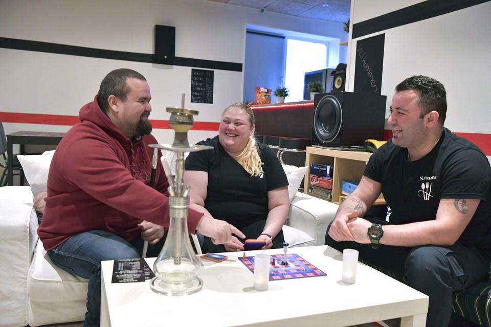 Sami Rosengren, Anni Knudsen og Behnam Ebrahimzade har lavet Café Namnam i den anden ende af bygningen, hvor folk kan komme og spille brætspil, ryge vandpibe og hygge sig. Foto: Bente Poder
