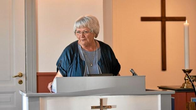 Hanne Weber-Hansen byder velkommen til koncerten med Michael Slot Pihl, og hun glæder sig over, at så mange har fundet vej til Baptistkirken på en dejlig, varm og solrig søndag. Foto: Niels Helver