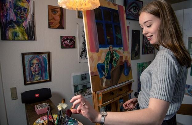 Stine Wiggers bruger mange timer i hendes lille atelier derhjemme, og hun er i øjeblikket i gang med et portræt af sin søster.Foto: Henrik Louis HENRIK LOUIS