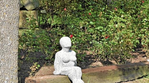 Skulptur af Ib Grønbech i idylliske omgivelser i klosterhaven. Privatfoto Privatfoto