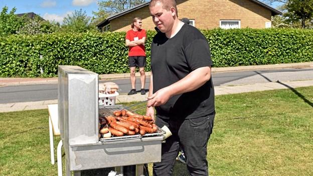 Tobias er grillmester. Alle beløb fra salg af pølser, sodavand, kaffe og kager går ubeskåret til Astrup Sønderskov Friskole. Foto: Niels Helver Niels Helver