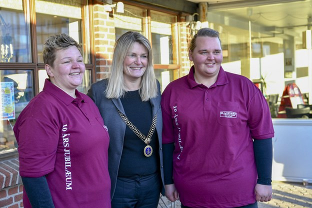 Lotte Carlsen (tv.) er uddannet kok og delikatesseassistent. Dorte (th.) er uddannet butiksslagter med speciale i butik. Foto: Kim Dahl Hansen