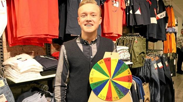 Jonas Brogaard fra Kalhøj, har lavet et farverigt lykkehjul med angivelse af forskellige rabatter og lander kunden på ét af de grønne felter vanker der strømper. Foto: Tommy Thomsen Tommy Thomsen