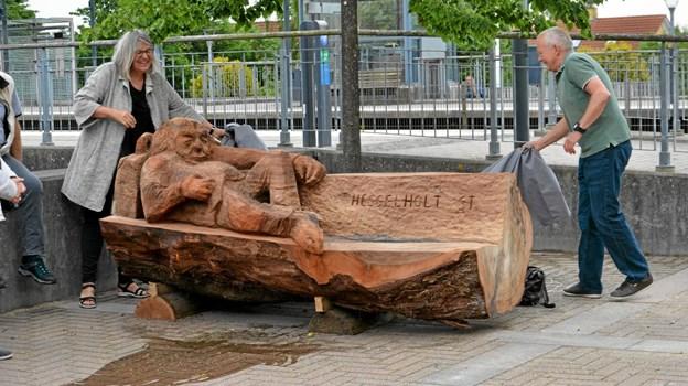 De tre meget forskellige skulpturer markerer, at det i år er 150 år siden jernbanen mellem Aalborg og Randers - og dermed også stationsbyen Arden - opstod. Trækunstværkerne er lavet af: Niels Ejner Petersen, Peter Hausgaard Gregersen og Dorthe Hedensted Lund Foto: Jesper Bøss Jesper Bøss