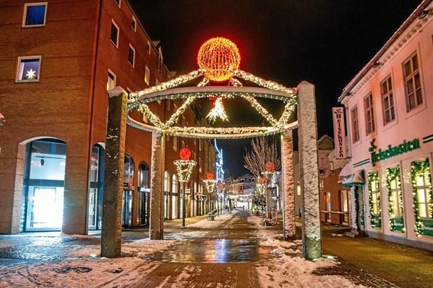 Efter juletræstændingen kan man jo smutte en tur ned i byen - og måske gæste kyssestationen i Søndergade, hvor misteltenen kan få juleamorinerne til at flyve. Byens julelys tændes 17.30