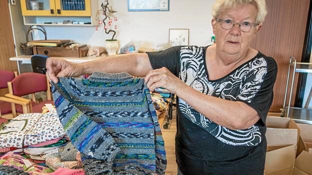 Lizzy Andersen viser en trøje, der er strikket af genbrugsgarn. Foto: Niels Helver