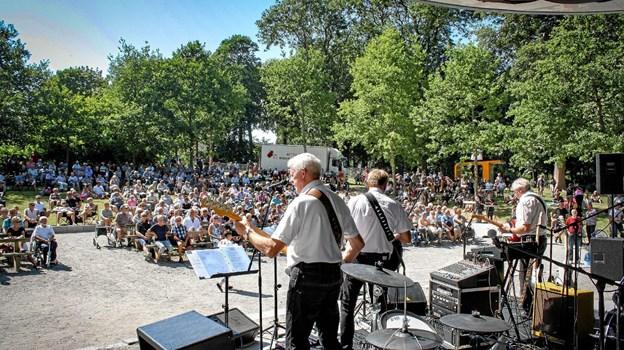 Django spillede foran et kæmpe publikum i Christiansgave i Thisted i 2018. I år spiller det lokale pigtrådsorkester i Hurup 21. juli. Privatfoto