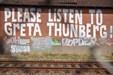 Hærværk: Facader er blevet ødelagt af slagord