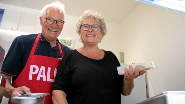 """Palle Nielsen fra """"Lises Pølsevogn"""" og dagens vinder Lone Bering Madsen havde travlt med at lave hotdogs til beboerne på plejehjemmet. Flemming Dahl Jensen"""