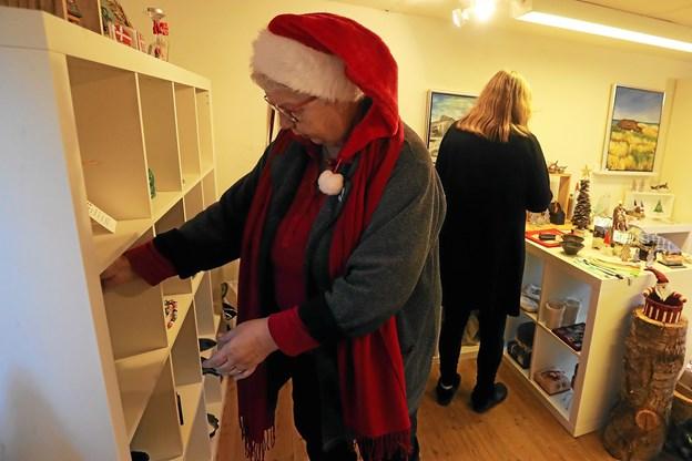 Også i Aelieret var der juletravlhed. Anni Brask fylder her varer på hylderne. Foto: Allan Mortensen Allan Mortensen
