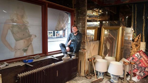 Her er en meget glad mand - for den 37-årige Mads Lilholt er nu vendt tilbage til sin hjemby Aalborg, hvor han har taget hul på at omdanne og indrette den lukkede stripklub Maxim til en spritny cocktailbar. Foto: Claus Søndberg