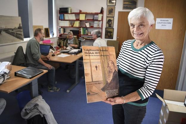 Sigrid Nedergaard, formand for lokalhistorisk selskab med den nye kalenderFoto: Bent Bach