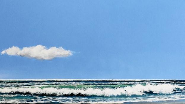 Man bliver i dejligt humør af sådan et skønt bølge- og blå himmel billede.
