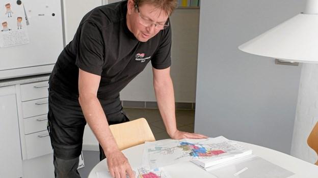 Driftsassistent Birger Nielsen har travlt med at planlægge de sidste detaljer i forbindelse med separatkloakeringen i Toftegade, Færøvej, Sverrigsgade, Nygade, Norgesgade og Jyllandsgade. Foto: Niels Helver