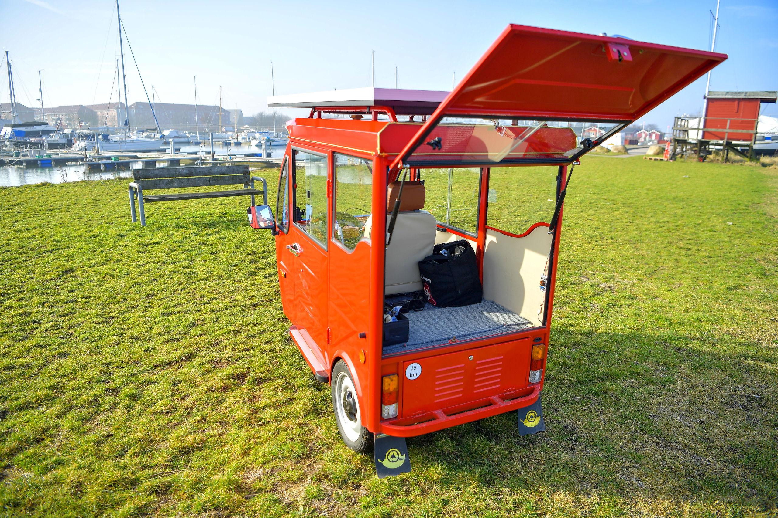 El-scooteren har plads til i alt tre personer, for udover føreren selv så kan der nemlig med lidt god vilje presses et par hobbitter ind på bagsædet. Her på fotoet kan man dog se, at bagsædet er lagt ned for at få lidt mere bagageplads til f.eks. indkøb. Foto: Jesper Thomasen