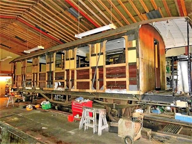 C27 er blevet istandsat, og de gamle teaktræsbrædder er genanvendt, nu med bagsiden yderst. Vognen er 13 meter lang og vejer 19 tons. Den har 52 siddepladser og må maksimalt køre 60 km/t. Hos veteranbanen er tophastigheden dog i øjeblikket det halve. Privatfoto