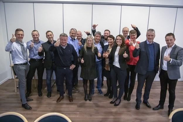 15 af de 17 erhvervsfolk fra virksomheder i Frederikshavn kommune, som samlede ind til Dansk Folkehjælps julehjælp. Foto: Kim Dahl Hansen