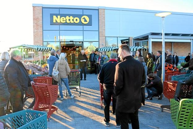 Mange kunder havde allerede inden klokken 08.00 fundet indkøbsvogne frem og gjort klar til at handle. Foto: Tommy Thomsen Tommy Thomsen
