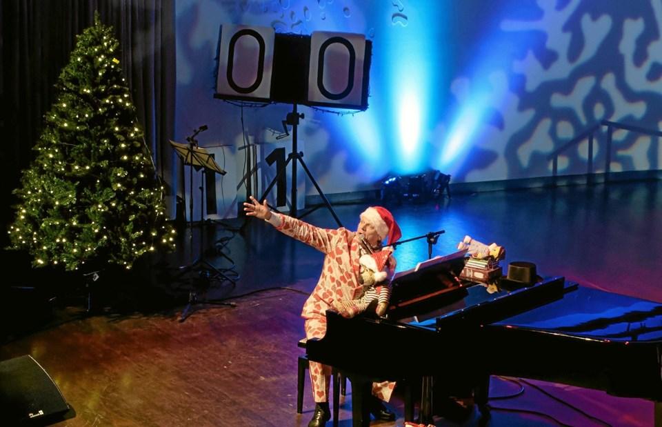 Sigurd Barrett og Bjørnen Bjørn byder velkommen til et forrygende juleshow, hvor Sindal skole-kirkekor Rødderne medvirker. Foto: Niels Helver