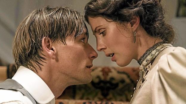 Hovedrollerne i Lykke-Per spilles af Esben Smed og Katrine Greis-Rosenthal, som her ses i en scene fra filmen. Foto: Hans Jørgen Callesen