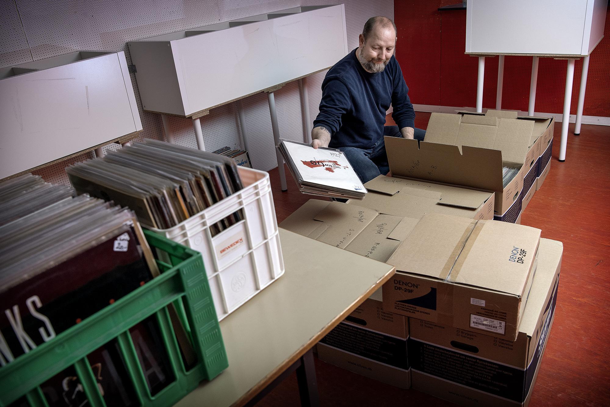 Bo Larsen er allerede ved at pakke plader og inventar sammen. Foto: Lars Pauli