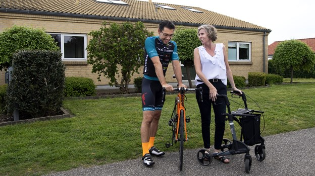 Gitta Hansen er meget glad for, at Per Holst Rasmussen sammen med de andre på holdet samler penge ind til forskning i sclerose. Selvom hun ikke selv skal med til Frankrig, så er støtten hjemmefra stor. Foto: Laura Guldhammer