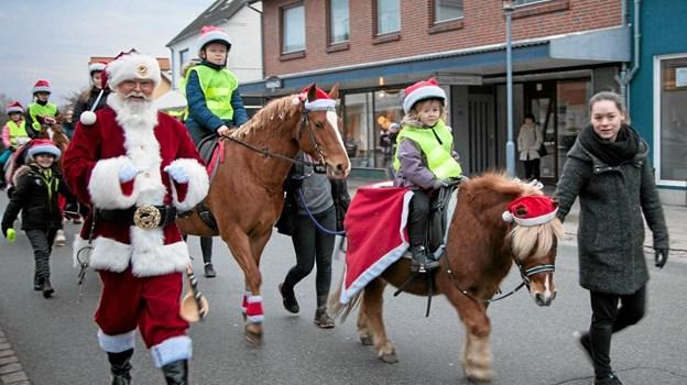 Da julemanden endelig kom til Bindslev, ledsaget af Bindslev Tversted Rideklub, kunne juletræsfesten i Sognehuset begynde. Foto: Peter Jørgensen Peter Jørgensen
