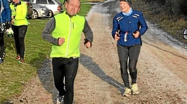Halinspektør Bjarne Holmberg fra Tårs kommer her i mål på årets første halvmaraton. Den tur har sikret 2.635 kroner til byens multihal. Inden året er omme forventer Bjarne, at han har gennemført hele 25 halvmaraton.
